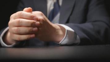 suborno: empresário dá um pacote de dinheiro em uma mesa na hora da negociação (câmera escondida)