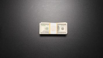 Krimineller - Geschäftsmann stiehlt ein Geld von einem Stapel auf einem Tisch (Draufsicht)