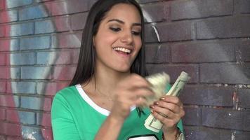 mujer sosteniendo dinero