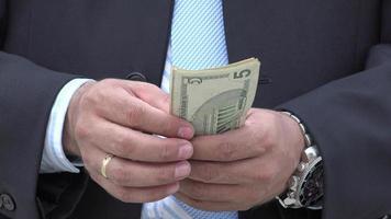 uomo che conta soldi di carta
