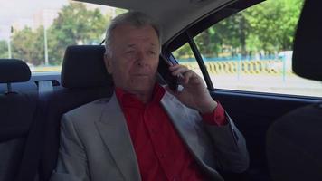 maschio elegante ha conversazione telefonica video