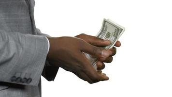 homem negro conta o salário do escritório.