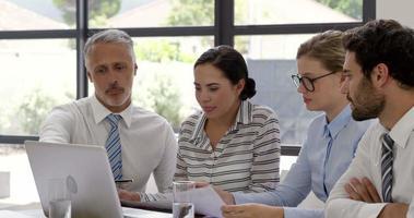 gens d'affaires concentrés parlant ensemble video