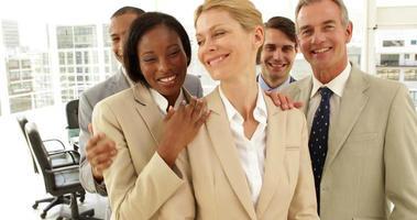 empresários se abraçando