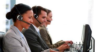 Geschäftsleute, die im Call Center arbeiten