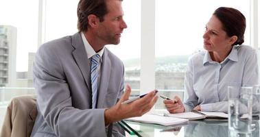 empresários trabalhando juntos na mesa video