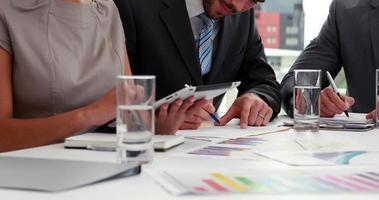 Geschäftsleute, die beim Treffen zusammenarbeiten