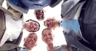 uomini d'affari sorridenti guardando la fotocamera
