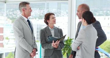 Geschäftsleute, die zusammen im Büro sprechen video