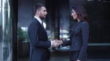 homem e mulher de negócios cumprimentando um aperto de mão video