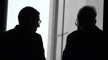 silueta de hombres de negocios hablando