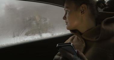 mujer con smartphone en el coche