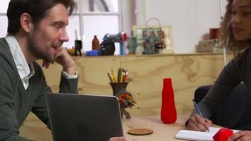 Zwei 3D-Designer, die ein kreatives Treffen haben, schließen auf r3d video