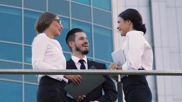 Mitarbeiter nehmen sich frei und unterhalten sich auf der Terrasse