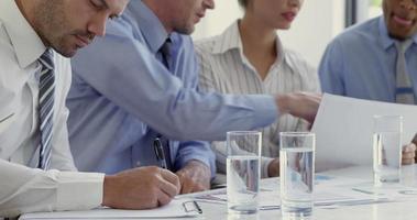 empresários trabalhando juntos em torno de uma mesa video