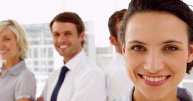 Geschäftsleute, die in die Kamera lächeln
