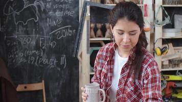 artesã asiática trabalhando com música video