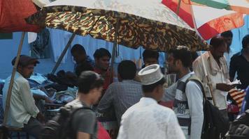 foto fechada de pessoas em uma barraca de mercado, delhi, índia video