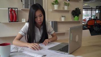 mujer arquitecta en la oficina trabajando con diseño video