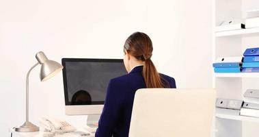 imprenditrice che lavora in ufficio