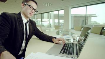 jornada laboral en oficina video