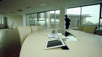 Fenster im Büro betrachten