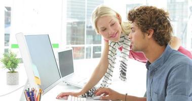 encantadores colegas trabajando juntos en la computadora
