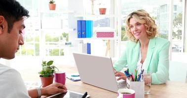 Geschäftskollegen arbeiten an Laptop und Tablet video