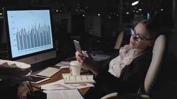 Frau müde von Finanzbericht