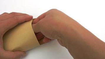 Herausnehmen eines Stapels RMB-Papiergeld aus einem Umschlag