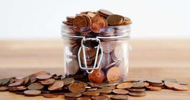 close-up de moedas na garrafa
