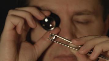 close up: retrato de homens comenta e avalia a gema e o cristal