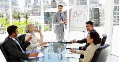 empresário dando apresentação aos colegas