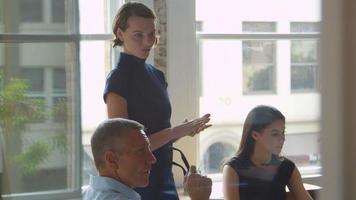 Geschäftsleute treffen sich im Sitzungssaal durch Glasaufnahme auf r3d video