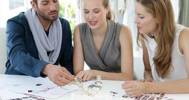 equipe de design olhando joias e conversando video