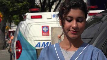 joven enfermera hispana y ambulancia