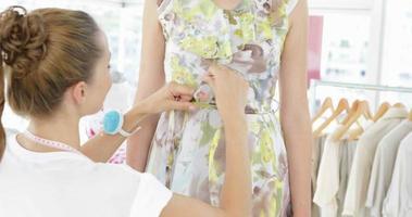 Bonito diseñador de moda atar el cinturón de vestido floral en modelo