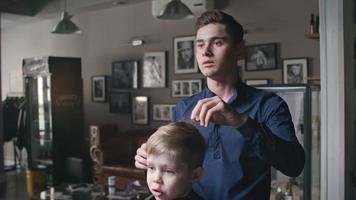 garçon blond dans un salon de coiffure