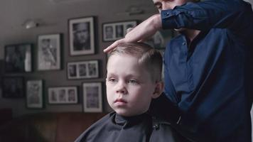 chico en la barbería infantil video