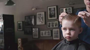 niño en peluquería