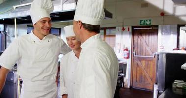 retrato de chefs em cozinha comercial
