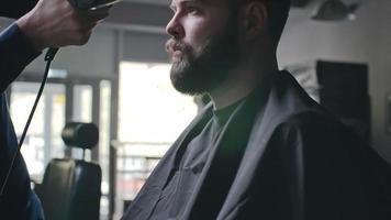haciendo nuevo peinado para caballero