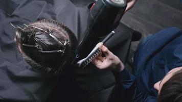 secando o cabelo no barbeiro