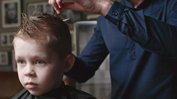 preparando niño para corte de pelo