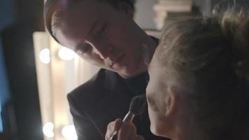 maquiador aplicando pó