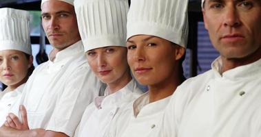 portret van zelfverzekerde chef-koks video