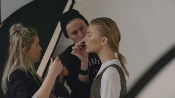 Modeprofis bereiten ein Modell vor