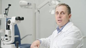 erfahrener Optiker bei der Arbeit