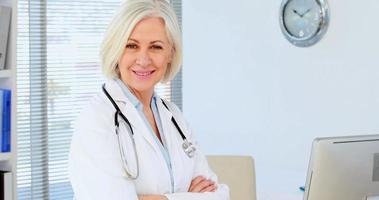 ritratto di donna medico in piedi con le braccia incrociate video