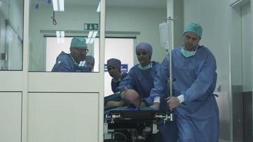Équipe d'urgence de l'hôpital transportant une civière avec le patient dans le hall de l'hôpital
